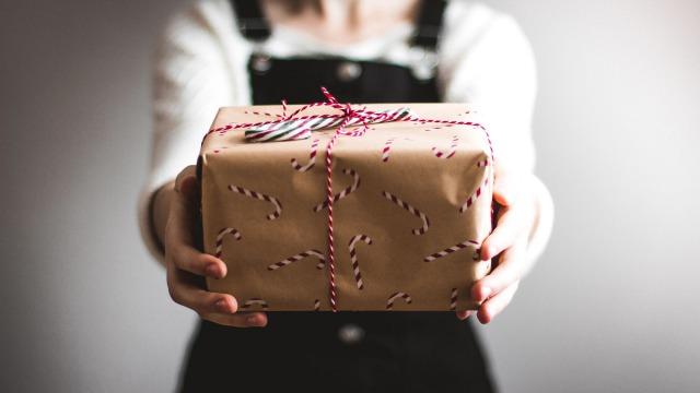 離婚した友達にプレゼントするのは不謹慎?